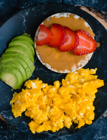 Orez expandat cu unt de arahide, capsuni si omleta