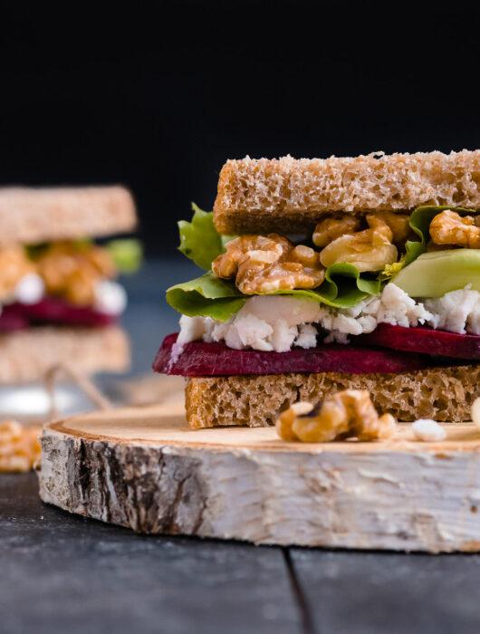Sandwich cu sfecla, branza si nuci