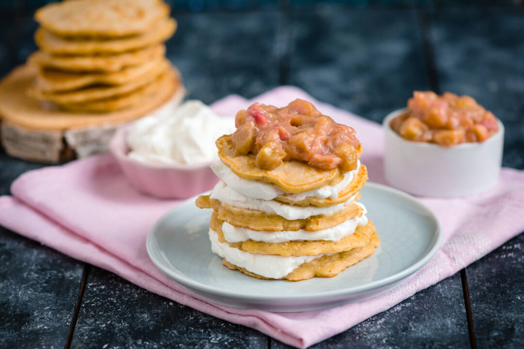 pancake cu sos de rubarba